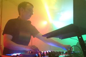 DJ Hannes Rocks beim Auflegen zum Sportfest in Ossmaritz