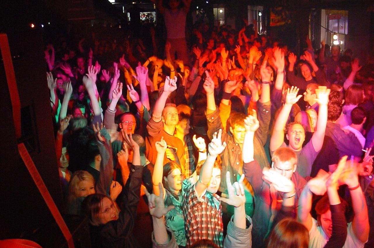 Leute beim Feiern auf einem Dorffest mit Partydj Hannes Rocks